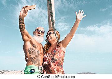 älter, haben, segelboot, reise, smartphone, begriff, paar, boot, reifer lebensstil, urlaub, -, feiern, beziehung, wedding, glücklich, reise, selfie, spaß, leute, liebe, jubiläum, nehmen, beweglich