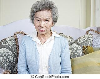 Ältere Asiatin