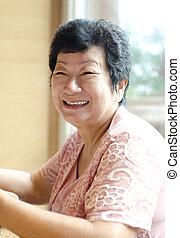 ältere frau, asiatisch, 60s, glücklich