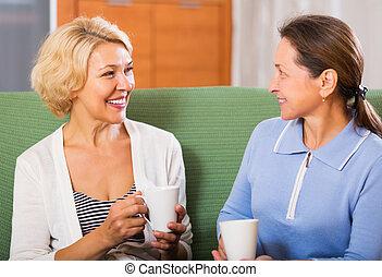 Ältere Frauen haben Kaffeepause