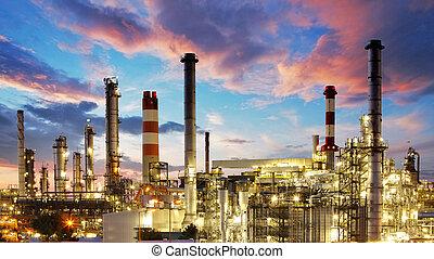 Öl- und Gasindustrie - Raffinerie in der Dämmerungsfabrik - petrochemische Anlage