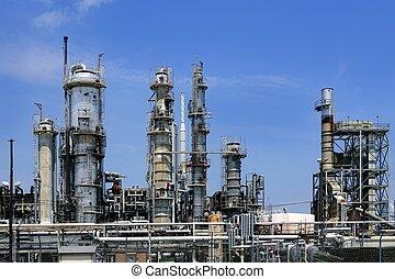 Ölindustrie-Installation, metallischer Himmel