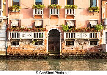 300 Jahre alte venezianische Palastfassade von Canal Grande.
