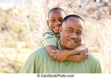 Afrikaner amerikanischer Mann und Kind haben Spaß