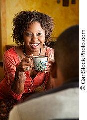 Afrikanerinnen und junge Männer in der Küche