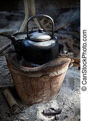 Alt verwendeter Kessel auf traditionellem Herd mit Wasserstrom