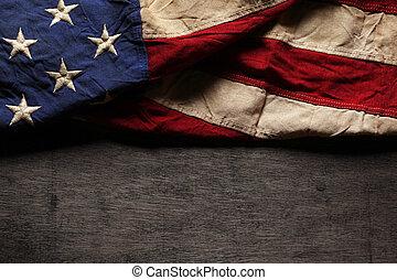 Alte und getragene amerikanische Flagge für Gedenktag oder 4. Juli.