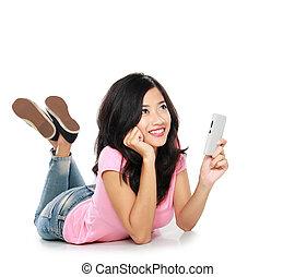 Asiatin denkt, was man in einer SMS sagen soll.