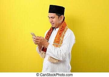 asiatisch, kleidung, tragen, glücklich, schirm, moslem, junger, telefon, mann, halten mobile, blick, moslim, lächeln