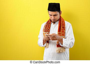 asiatisch, kleidung, tragen, schirm, moslem, junger, telefon, mann, halten mobile, blick, moslim