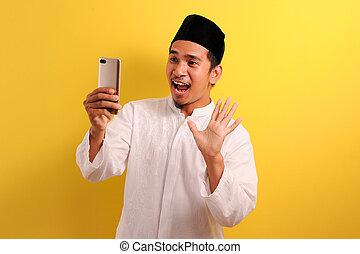asiatisch, telefon, junger, glücklich, schock, schirm, moslem, mann, besitz, tragen, blick, kleidung, beweglich