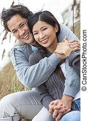 Asiatische Frauen, romantisches Paar am Strand.