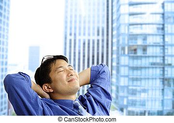 Asiatischer Geschäftsmann ruht sich aus