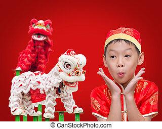 Asiatischer Junge mit chinesischem traditionellem Kleid aufregend mit chinesischem l.