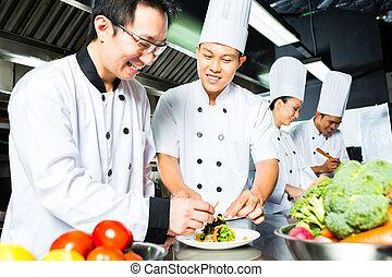 asiatischer Koch in der Küche.