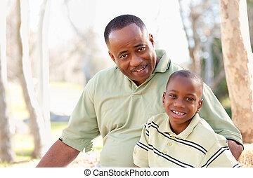 Attraktive afroamerikanischer Mann und Kind haben Spaß