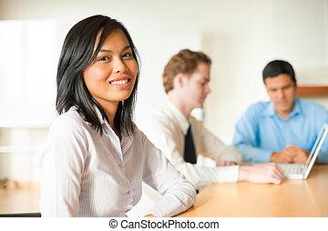 Attraktives Geschäftsfrauentreffen