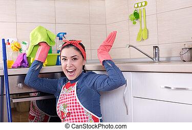Aufgeregte Putzfrau in der Küche
