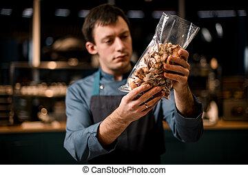 aufgeschnitten, nahaufnahme, hände, tasche, küchenchef, durchsichtig, pilze, mann