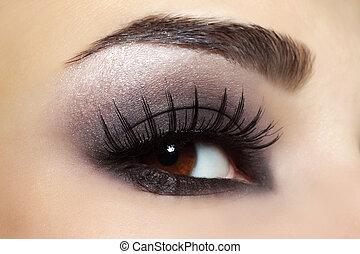Auge mit schwarzer Modeschminke