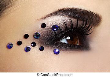 Augen mit schwarzem Make-up.