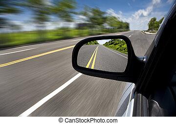Auto fahren durch die leere Straße und konzentrieren sich auf Spiegel.