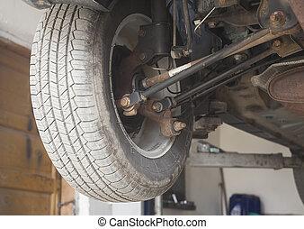 Auto im Dienst. Mechanische Arbeit an Stoßdämpfer, Suspensionskomponente