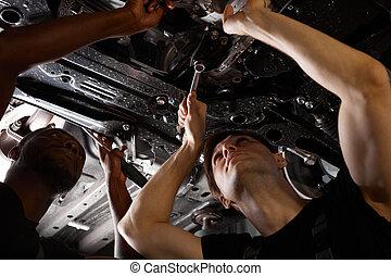 auto, professionell, mechaniker, während, arbeit, feundliches , zwei