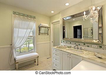 Badezimmer mit weißem Schrank