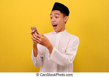 besitz, glücklich, mann, schirm, kleidung, beweglich, junger, tragen, telefon, blick, moslem, asiatisch, schock