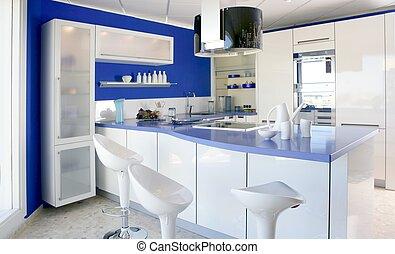 Blaue weiße Küche, moderne Innenausstattung