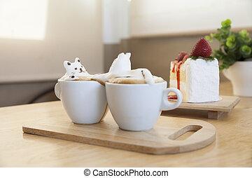Blick auf die Latte Kaffee-Topping von Milchschaum Top auf der Tasse heißen Kaffee und Erdbeerkuchen.