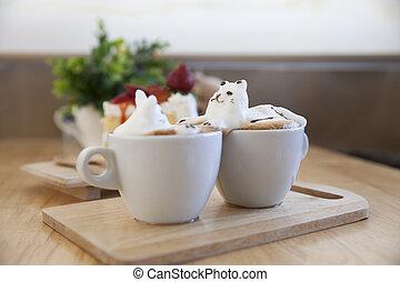 Blick auf die Latte Kaffeebeschichtung, die mit Milchschaum auf der Tasse heißen Kaffee gemacht wird. Platz auf dem Holztisch