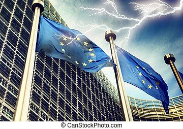 Blitz über europäische Gewerkschaftsflaggen.
