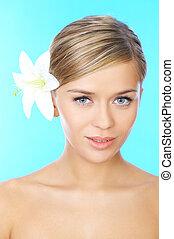 Blonde, haarige Schönheit