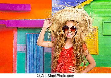 Blonde Kinder, fröhliche Touristenmütze und Sonnenbrille
