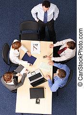 Brainstorming - fünf Geschäftsleute treffen sich