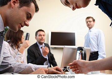 Brainstorming. Geschäftsleute im Amt
