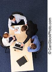 Brainstorming - vier Geschäftsleute treffen sich