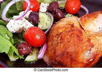Brathähnchen und griechischer Salat