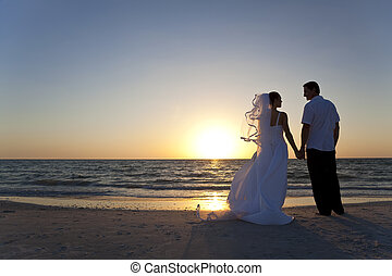 Braut & Bräutigam heiratete zwei Sonnenuntergänge Strand Hochzeit.