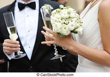 Braut und Bräutigam halten Champagnergläser