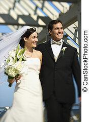 Braut und Bräutigam laufen.