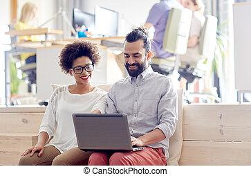 buero, glücklich, laptop, mannschaft, kreativ