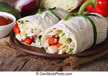 Burrito mit Huhn und Gemüse horizontal