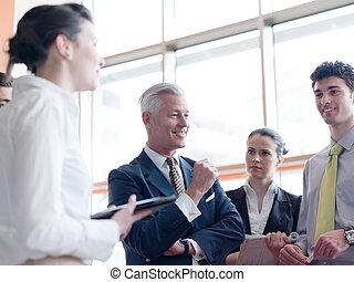Business Leader macht Präsentation und Brainstorming.