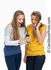 cellphone, studenten, schirm, überrascht, schauen, zwei