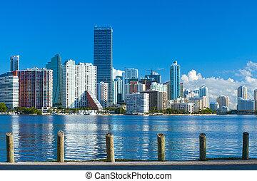 City of Miami Florida, Sommerpanorama von Downtown Gebäuden an einem schönen Tag mit blauem Himmel.