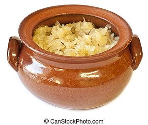 Clay Pot gefüllt mit traditionell hausgemachtem Sauerkraut