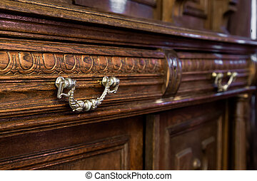 Commode mit alten Möbeln.